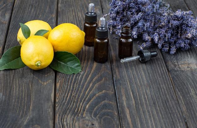 Cytryny, kwiaty lawendy i butelki aromatycznego olejku