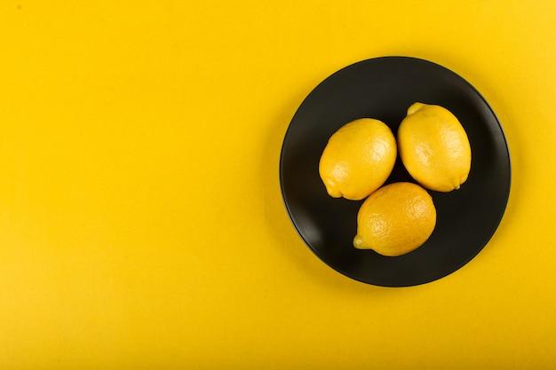 Cytryny na talerzu po prawej stronie na żółto