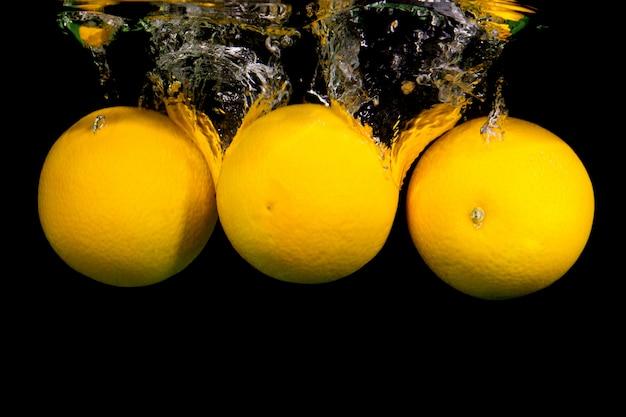 Cytryny wpadające do wody
