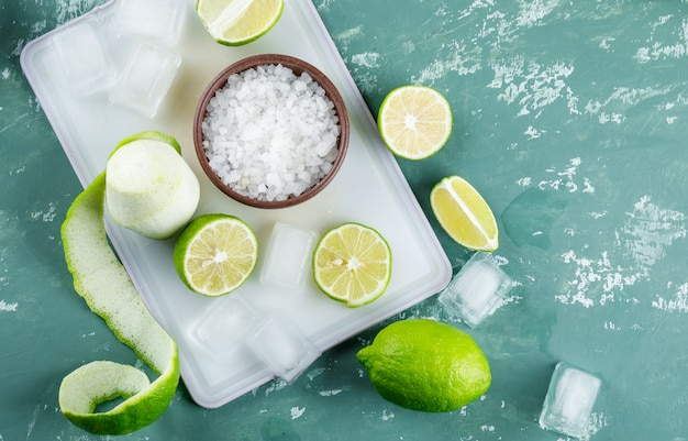 Cytryny z solą, kostki lodu na gipsie i deska do krojenia,