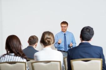 Człowiek daje wykład dla publiczności