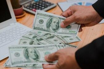 Człowiek liczenie pieniędzy przy stole