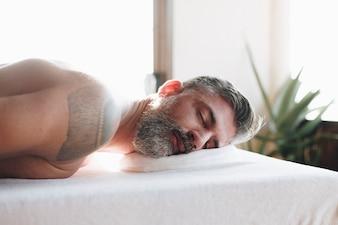 Człowiek relaksujący z zabiegiem spa
