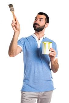 Cz? owiek z niebiesk? koszul? posiadania farby garnek