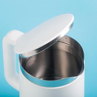 Czajnik elektryczny napełniony wodą