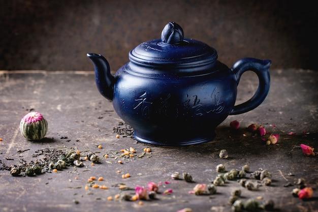 Czajnik i liście herbaty