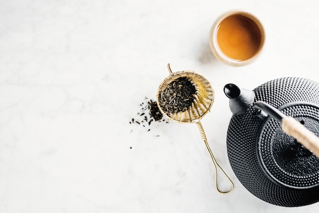 Czajnik z herbatą na jasnym