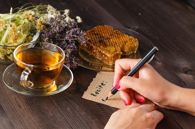 Czajnik z herbaty ziołowej na stole w kuchni