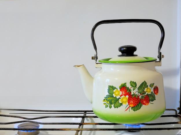 Czajnik z wrzącą wodą na kuchence gazowej