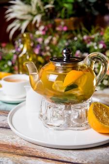 Czajnik zielonej herbaty z cytryną, miętą i cynamonem zdjęcie żywności