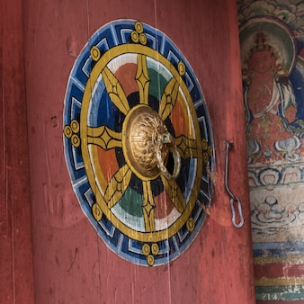 Czakra na drzwiach, chimi lhakhang, punakha, bhutan