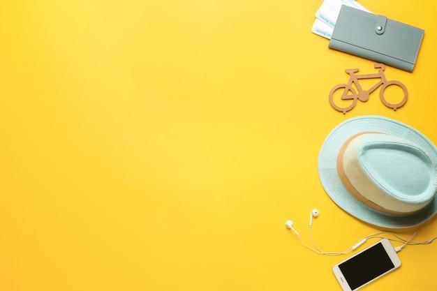 Czapka, dokumenty i telefon komórkowy w kolorze. koncepcja podróży