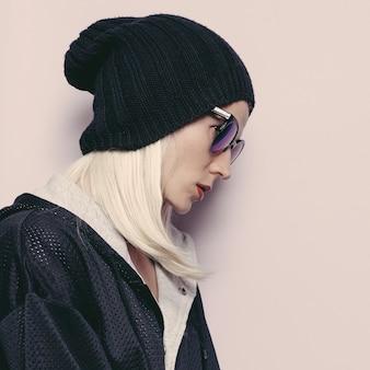 Czapka girl fashion swag. efektowne okulary przeciwsłoneczne. miejski sezon jesienno-zimowy