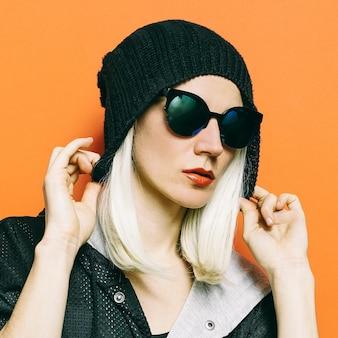 Czapka lady fashion swag. efektowne okulary przeciwsłoneczne. sezon jesienno-zimowy