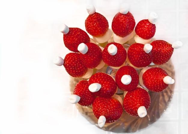 Czapka świętego mikołaja z truskawek i pianek śmiesznych owocowych smakołyków świąteczny deser