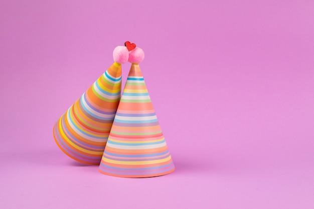 Czapka urodzinowa na różowym tle.