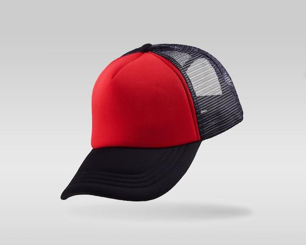 Czapka z daszkiem czerwony i czarny na białym tle.
