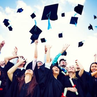 Czapki z dyplomem wyrzucone szczęście sukces cocnept