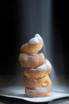 Czara budyni yorkshire z polewaniem cukrem pudrem
