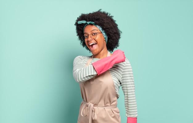 Czarna afro kobieta czuje się szczęśliwa, pozytywna i odnosząca sukcesy, zmotywowana, gdy staje przed wyzwaniem lub świętuje dobre wyniki. koncepcja sprzątania .. koncepcja gospodarstwa domowego