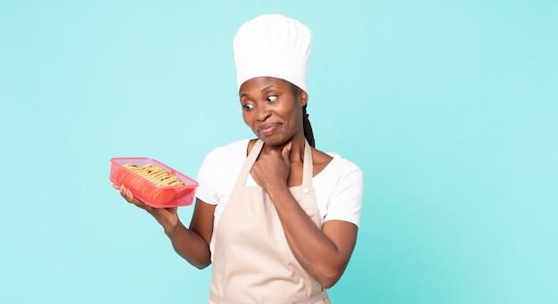 Czarna afroamerykanka dorosła kobieta kucharz z tupperware