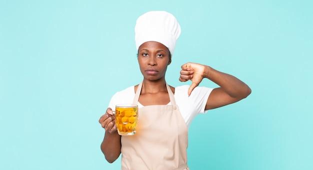 Czarna afroamerykańska dorosła kobieta szefa kuchni z kuflem piwa