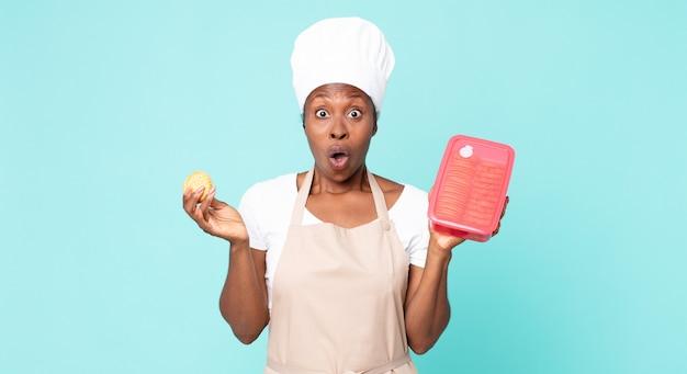 Czarna afroamerykańska dorosła kobieta szefa kuchni z tupperware