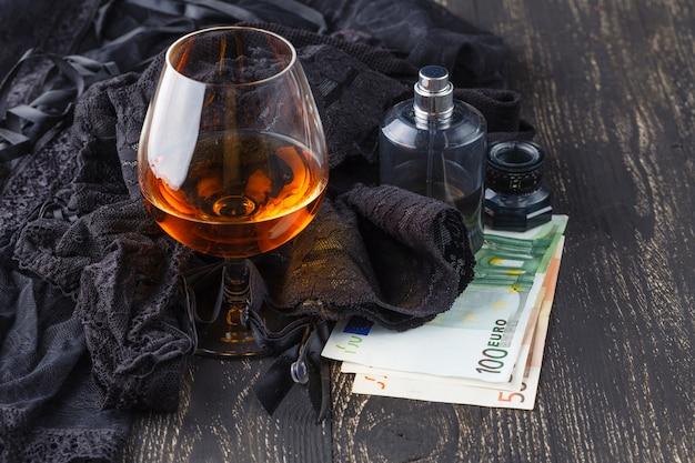 Czarna bielizna z pieniędzmi