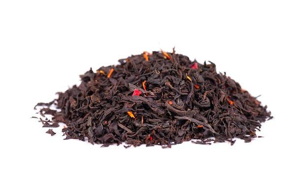 Czarna ceylon herbata z płatków kwiatów i bergamotki, na białym tle.