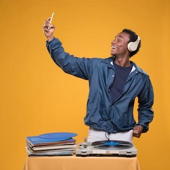 Czarna chłopiec pozuje z hełmofonami