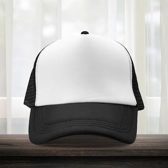 Czarna czapka wykonana z materiału w garderobie