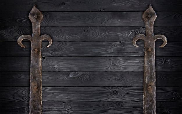 Czarna drewniana tekstura ze starymi metalowymi elementami