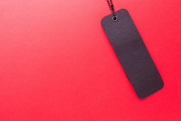 Czarna etykieta na czerwonym tle na białym tle
