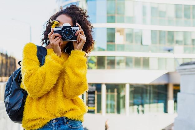 Czarna fotograf kobieta robi zdjęcia na nowoczesnej architekturze