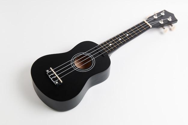 Czarna gitara ukulele na białym tle