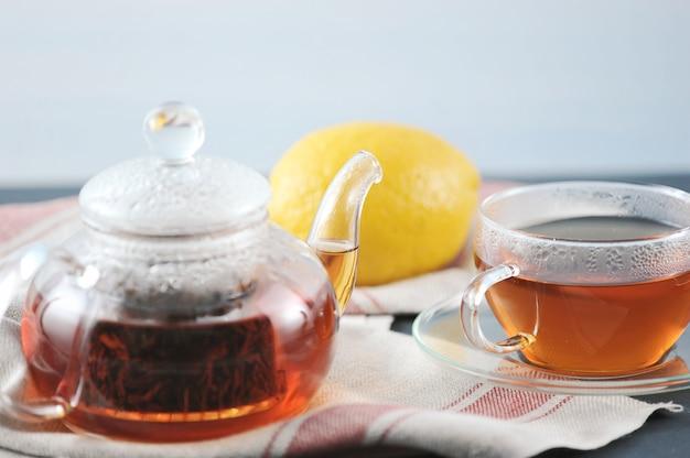 Czarna herbata bayh z cytryną w szklanym czajniku
