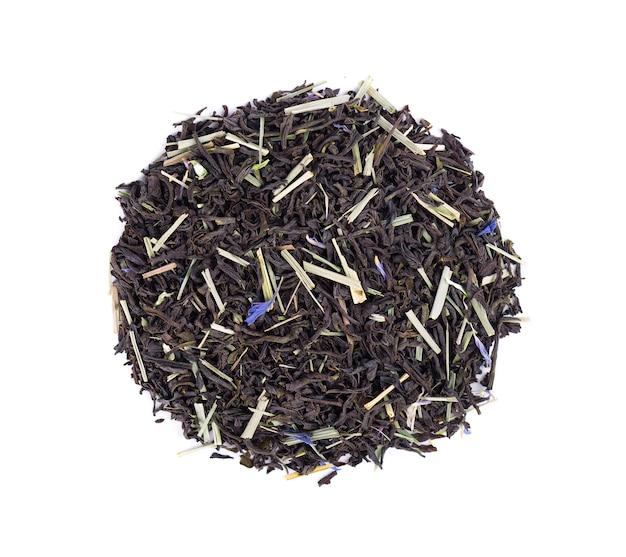 Czarna herbata cejlońska z płatkami trawy cytrynowej i chabru na białym tle. widok z góry.