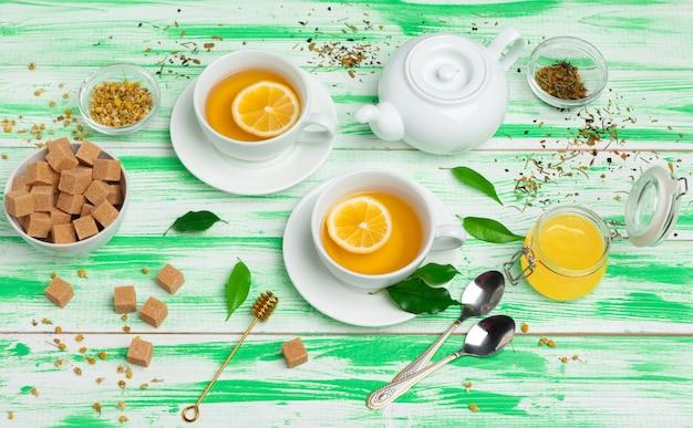 Czarna herbata na zielonym drewnianym tle