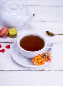Czarna herbata w białej okrągłej filiżance ze spodkiem