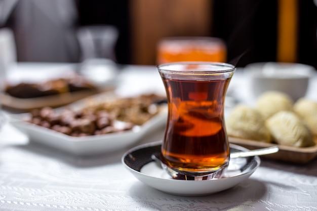 Czarna herbata w krajowym zbroi szkła widok z boku