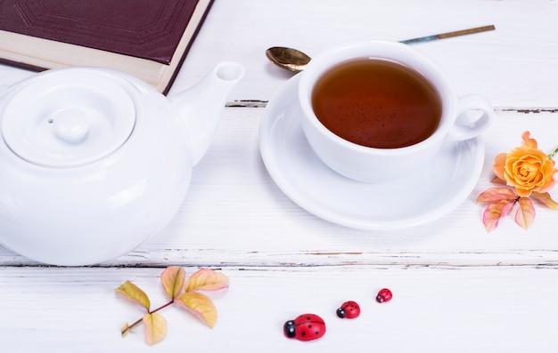 Czarna herbata w okrągłej białej filiżance ze spodkiem