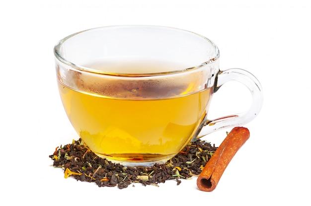 Czarna herbata w szklance. liście mięty i herbaty. na białym tle