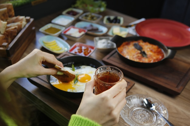 Czarna herbata w szkle i śniadanie zestaw widok z bliska
