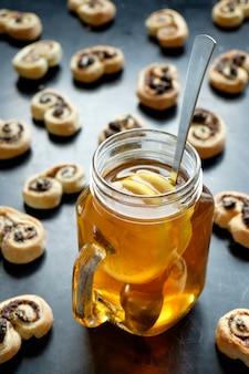 Czarna herbata z cytryną w słoiku i herbatniki