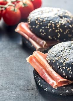 Czarna kanapka z szynką prosciutto
