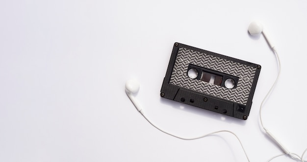 Czarna kaseta magnetofonowa ze słuchawkami i miejscem na kopię