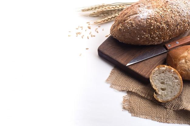 Czarna kawa i chleb pszenny na śniadanie na białym tle