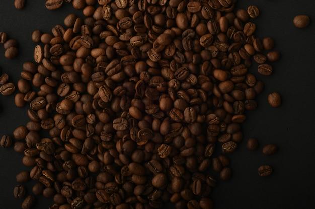 Czarna kawa i ciasteczka z kawałkami czekolady