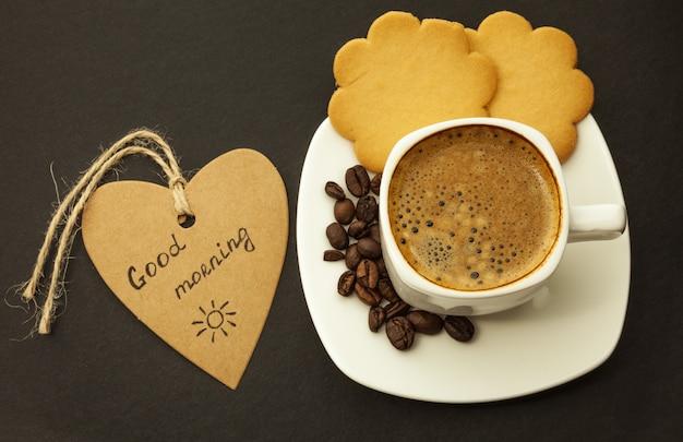 Czarna kawa i ciastko na drewnianym tła śniadaniu, zakończenie
