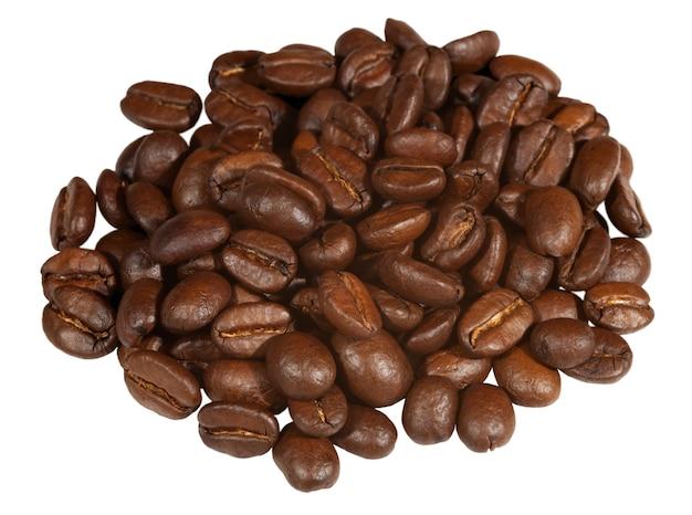 Czarna kawa na kupie, na białym tle